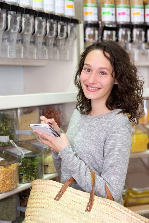 Młoda atrakcyjna kobieta shooping looses pikantność przy sklepem spożywczym obrazy royalty free