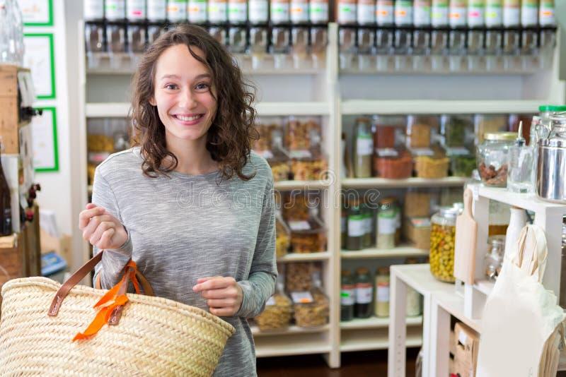 Młoda atrakcyjna kobieta shooping looses pikantność przy sklepem spożywczym zdjęcia stock