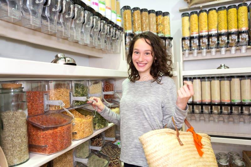 Młoda atrakcyjna kobieta shooping looses pikantność przy sklepem spożywczym obraz royalty free