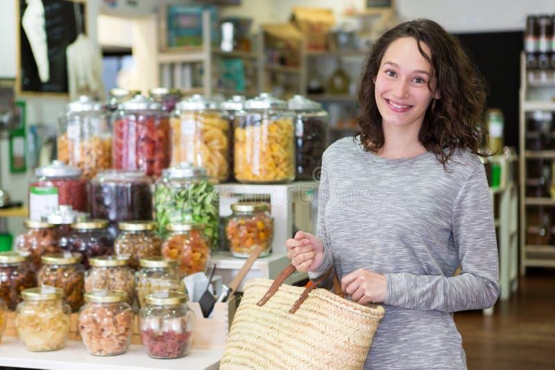 Młoda atrakcyjna kobieta shooping looses pikantność przy sklepem spożywczym zdjęcie royalty free