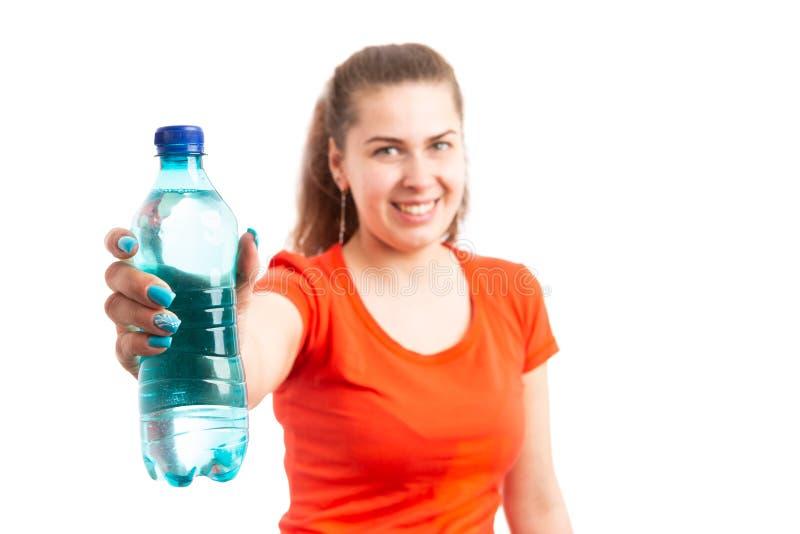Młoda atrakcyjna kobiety ofiary butelka woda obraz stock