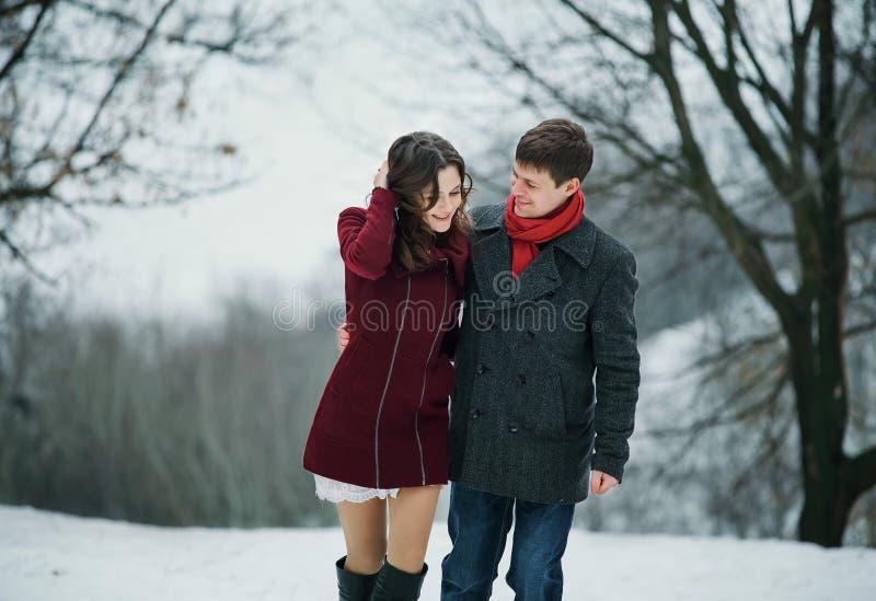 Młoda atrakcyjna para, miłość w śnieżnym parku fotografia royalty free