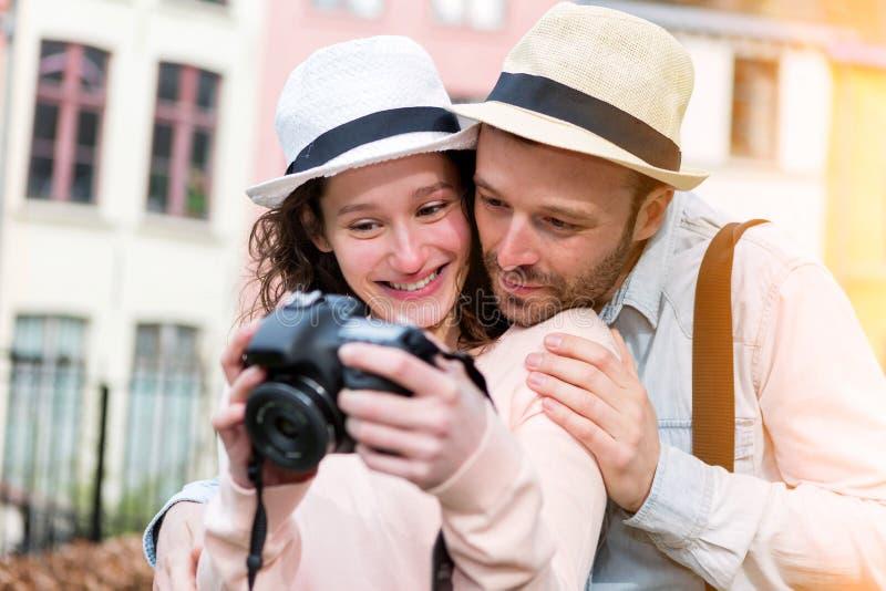 Młoda atrakcyjna para sprawdza obrazki na kamerze fotografia royalty free
