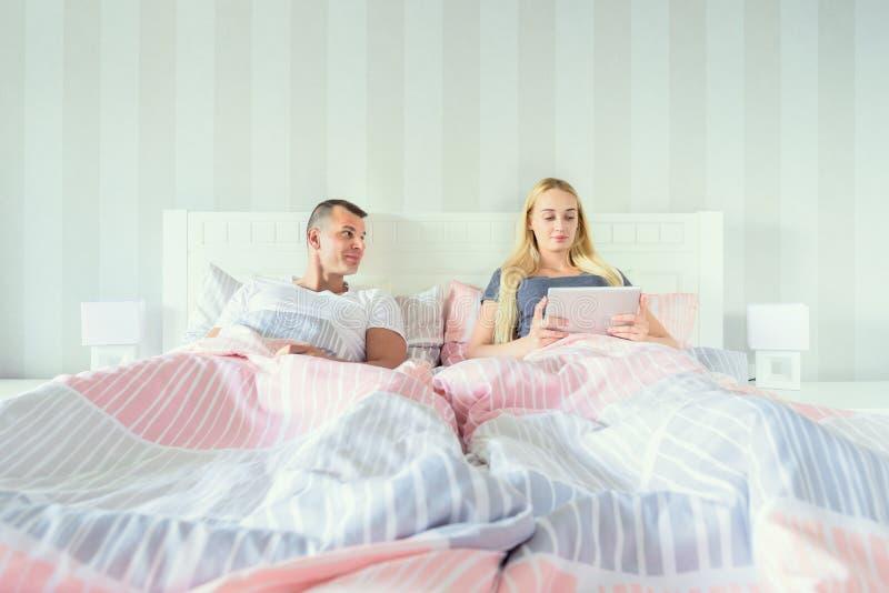 Młoda atrakcyjna para w łóżku zdjęcia stock