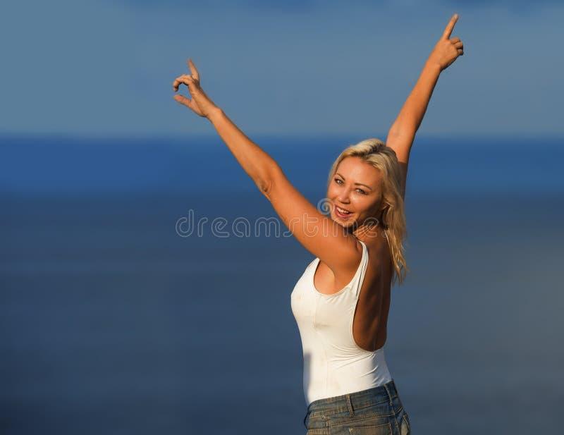 Młoda atrakcyjna, piękna 30s blondynu kobieta w i zwiera podesłanie ręki szczęśliwe i rozochoconego pozować obraz royalty free