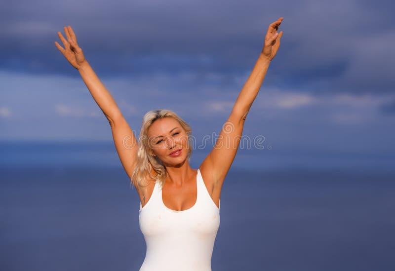 Młoda atrakcyjna, piękna 30s blondynu kobieta w i zwiera podesłanie ręki szczęśliwe i rozochoconego pozować obrazy royalty free