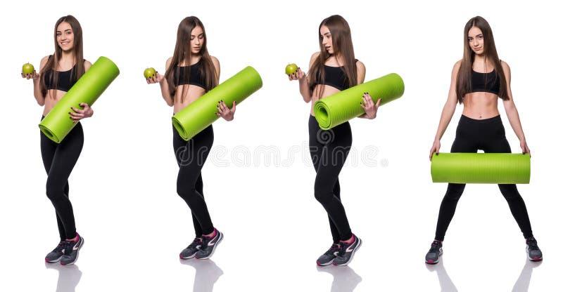 Młoda atrakcyjna sprawności fizycznej kobieta przygotowywająca dla treningu mienia zieleni joga maty odizolowywającej na białym t obrazy stock