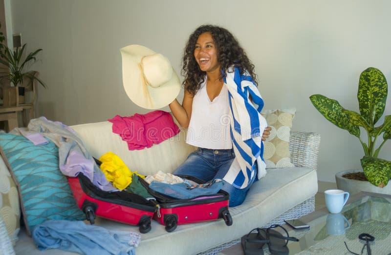 Młoda atrakcyjna, szalona szczęśliwa latynoska kobieta z plażowego lata narządzania kapeluszową walizką opuszcza dla i obrazy stock