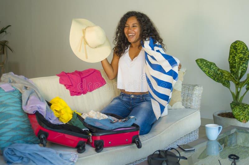 Młoda atrakcyjna, szalona szczęśliwa latynoska kobieta z plażowego lata narządzania kapeluszową walizką opuszcza dla i fotografia royalty free