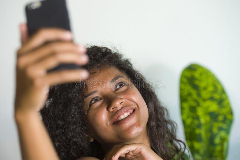 Młoda atrakcyjnego i pięknego szczęśliwego czarnego afrykanina Amerykańska kobieta bierze selfie portreta obrazek z telefonem kom obraz royalty free