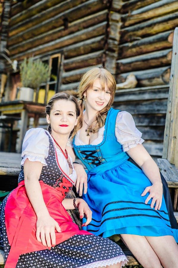 Młoda austriacka kobieta jest ubranym Dirndl fotografia stock
