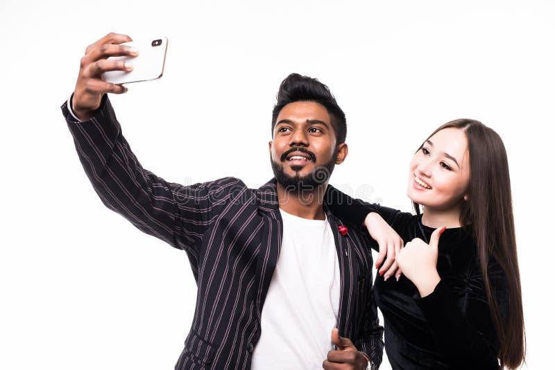 Młoda Azjatka Para robi selfie na telefonie odizolowanym na białym tle obraz stock