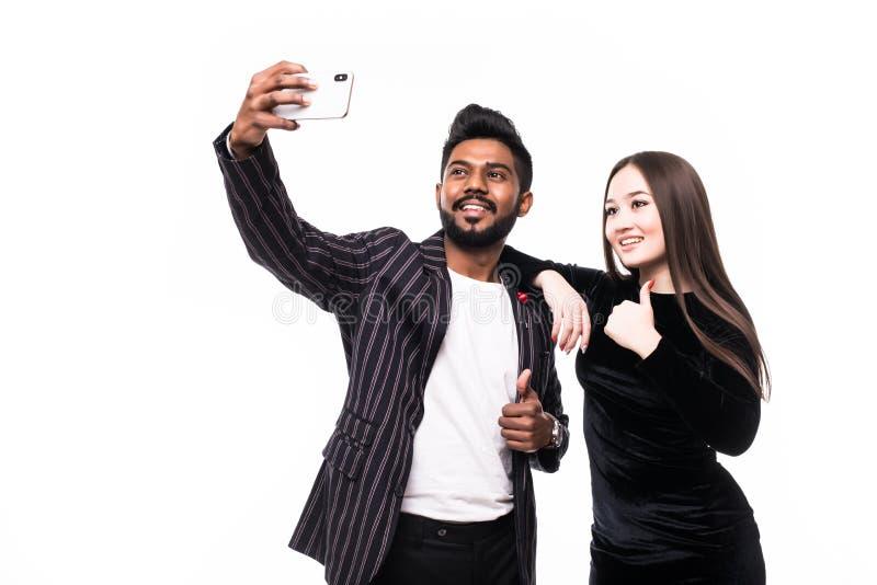 Młoda Azjatka Para robi selfie na telefonie odizolowanym na białym tle fotografia stock
