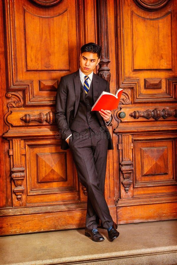 Młoda Azjatycka Amerykańska Biznesowego mężczyzna czytelnicza książka w Nowy Jork fotografia stock