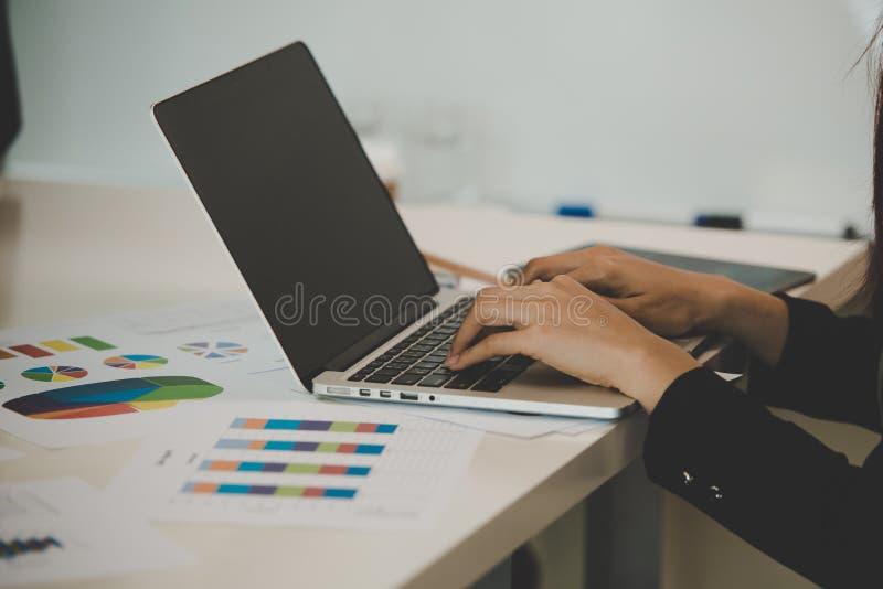 Młoda Azjatycka biznesowa kobieta pracuje na laptopie w pokoju f obrazy royalty free