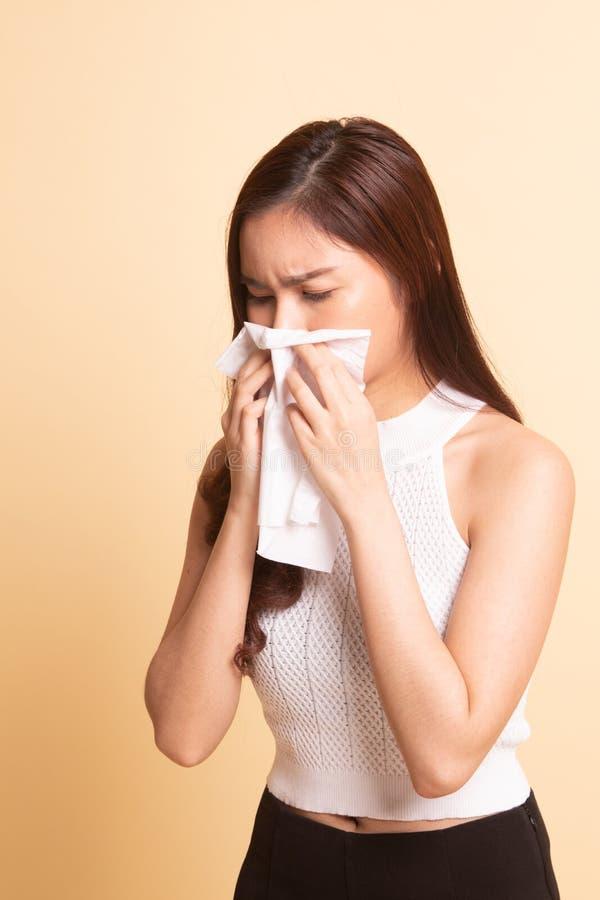 Młoda Azjatycka kobieta dostać chorą i grypową zdjęcie royalty free