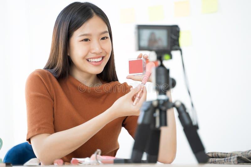 Młoda Azjatycka kobieta nagrywa wideo dla kobiety piękna blogger Makeup tutorial obrazy stock