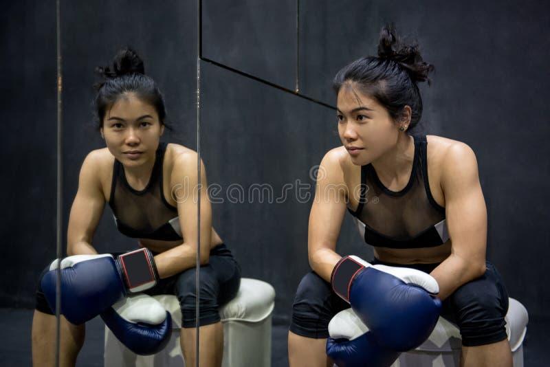 Młoda Azjatycka kobieta pozuje z bokserskimi rękawiczkami zdjęcia stock