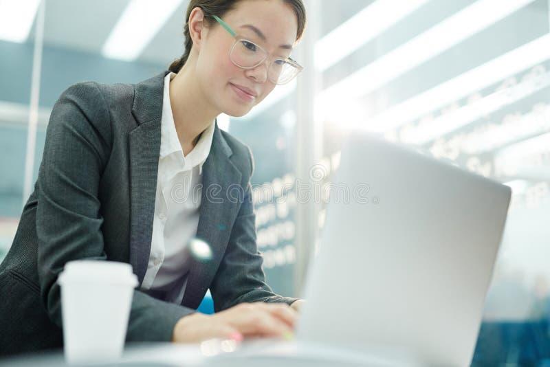 Młoda Azjatycka kobieta używa laptop zdjęcia stock