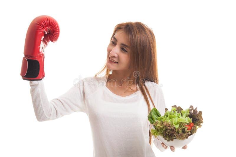 Młoda Azjatycka kobieta z bokserską rękawiczką i sałatką fotografia stock