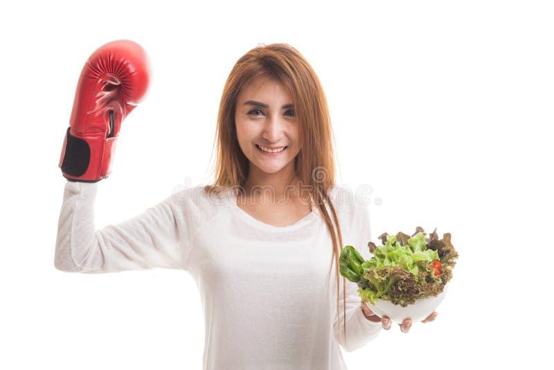 Młoda Azjatycka kobieta z bokserską rękawiczką i sałatką obrazy royalty free