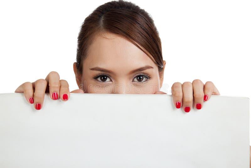Młoda Azjatycka kobieta z puste miejsce znakiem fotografia stock