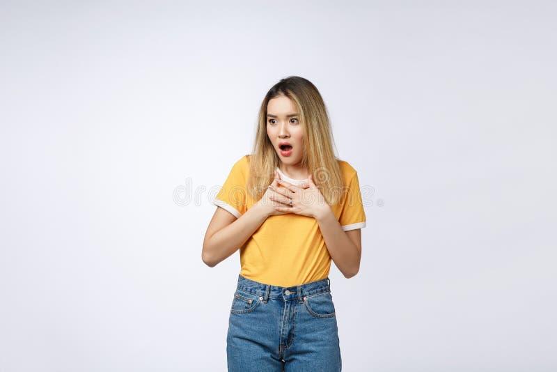 Młoda Azjatycka kobieta z zdziwiony z podnieceniem szczęśliwy krzyczeć Rozochocona dziewczyna z śmiesznym radosnym twarzy wyrażen zdjęcia royalty free