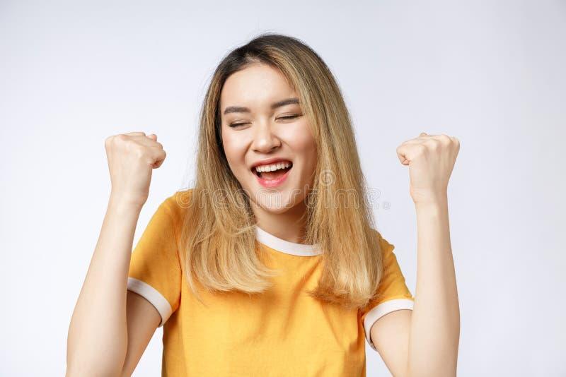 Młoda Azjatycka kobieta z zdziwiony z podnieceniem szczęśliwy krzyczeć Rozochocona dziewczyna z śmiesznym radosnym twarzy wyrażen obrazy stock