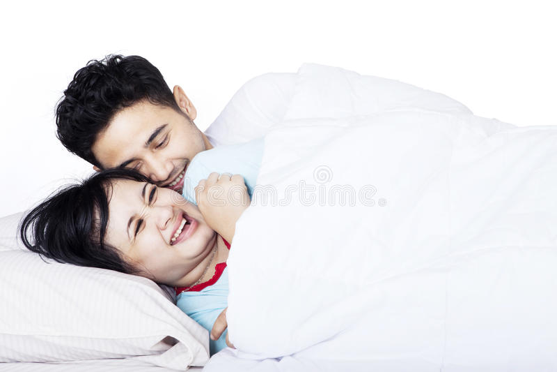 Romantyczna Azjatycka para w łóżku - odosobnionym obrazy royalty free