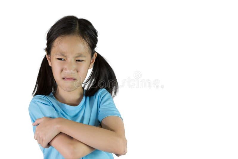 Młoda azjatykcia dziewczyna jest przewrażliwiony, hotheaded odosobniona na białym backgroun, obrazy stock