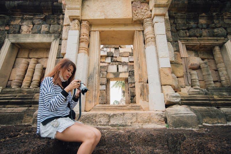 Młoda azjatykcia kobieta bierze fotografię prasat sdok koka thom w Thailand zdjęcia stock