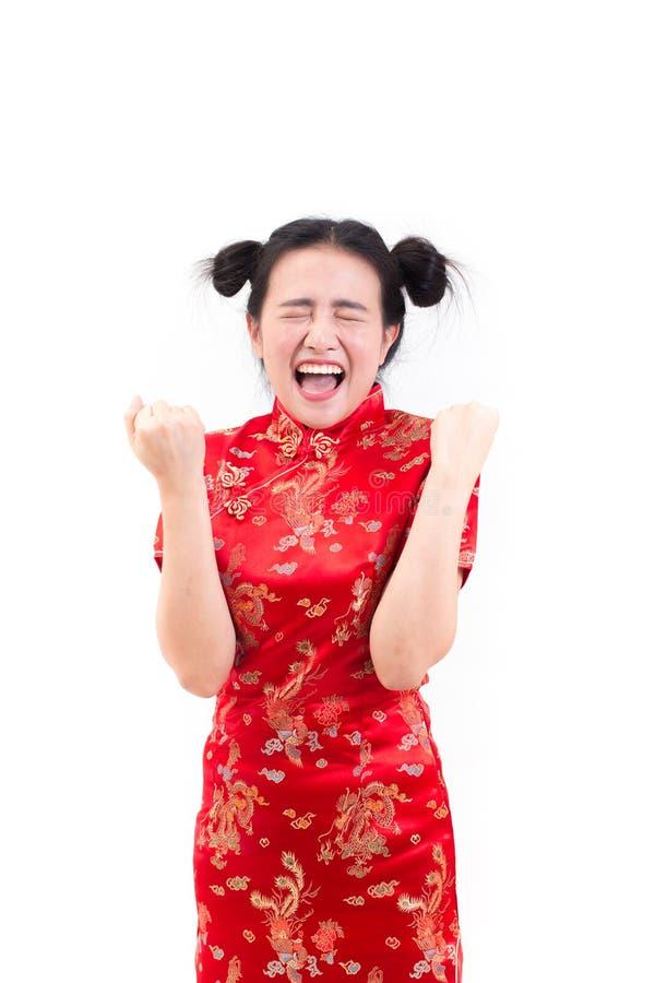 Młoda azjatykcia kobieta jest ubranym chińczyka smokingowego tradycyjnego cheongsam z zdziwiony z podnieceniem szczęśliwy krzycze obrazy royalty free