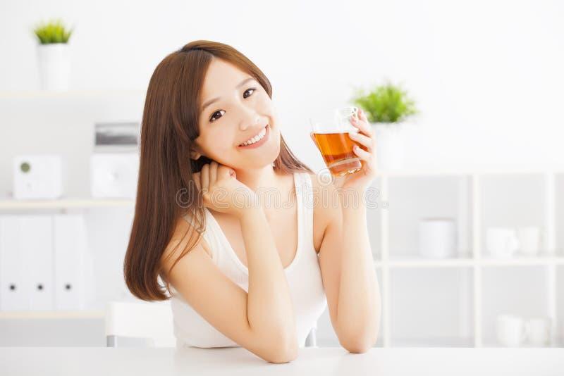 Młoda azjatykcia kobieta pije herbaty zdjęcia stock