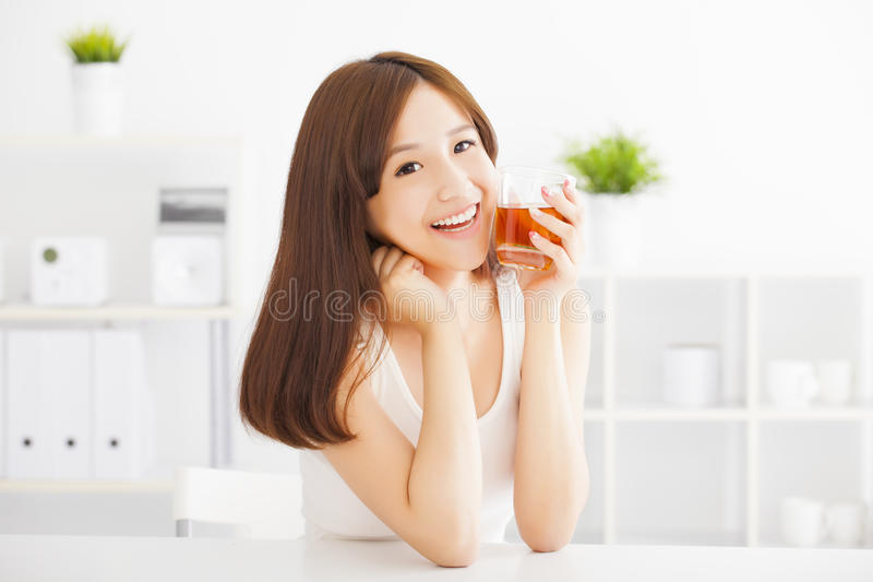 Młoda azjatykcia kobieta pije herbaty fotografia stock
