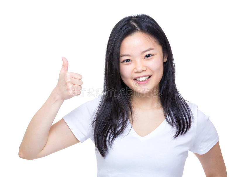 Młoda azjatykcia kobieta pokazuje kciuk up fotografia royalty free