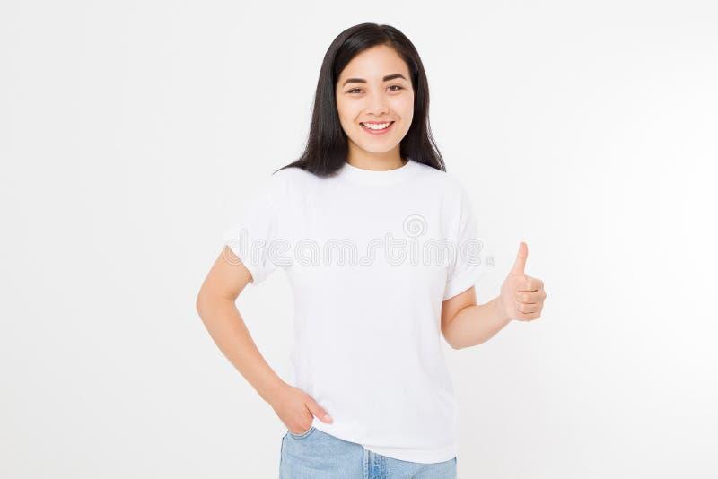 Młoda azjatykcia kobieta w szablonu t pustej koszula pokazuje dużego kciuk up odizolowywającego na białym tle Szczęśliwy i sukces zdjęcia stock