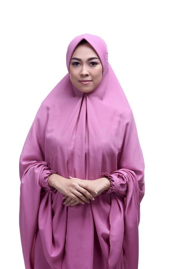 Młoda azjatykcia muzułmańska kobieta jest ubranym hijab ono uśmiecha się fotografia stock