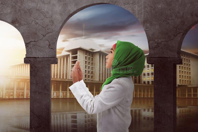 Młoda azjatykcia muzułmańska kobieta ono modli się bóg fotografia stock