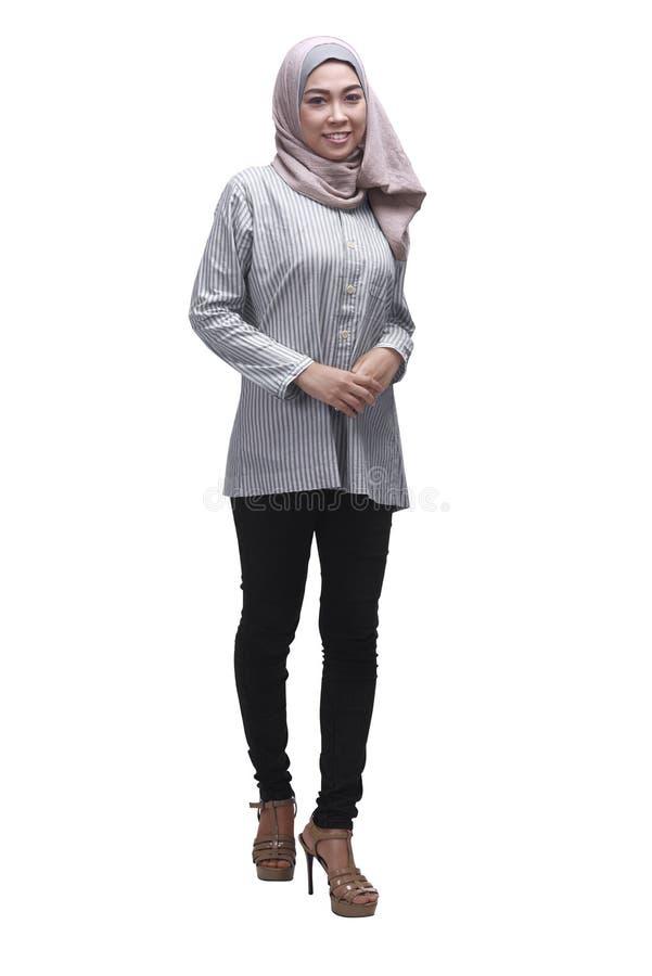 Młoda azjatykcia muzułmańska kobieta w hijab z smiley twarzą fotografia royalty free