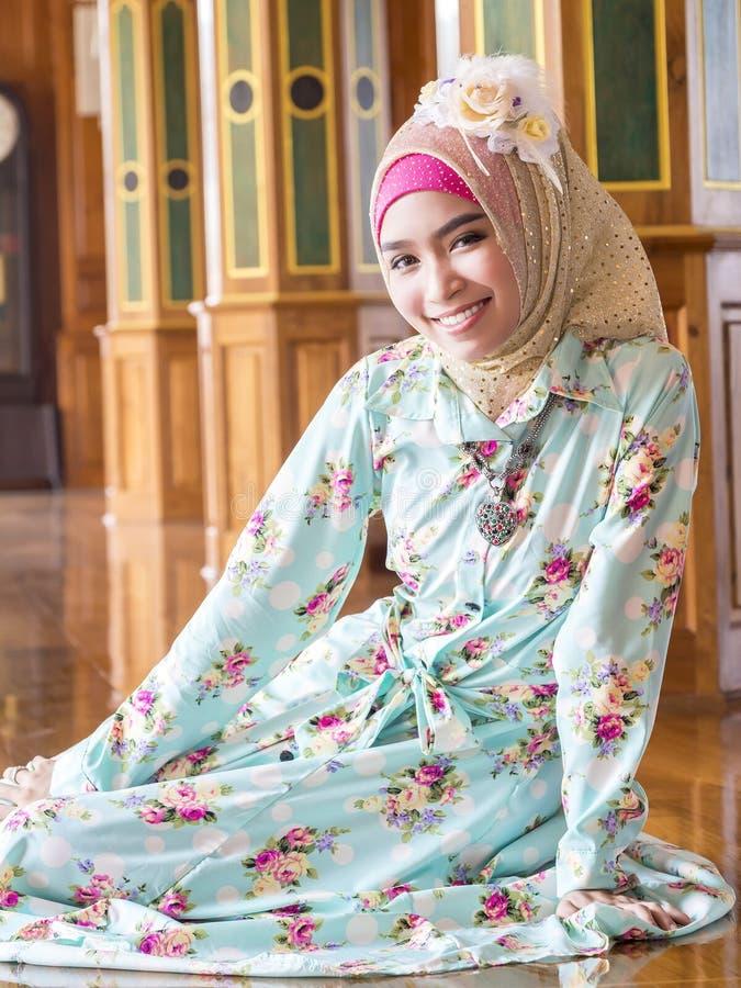Młoda azjatykcia muzułmańska kobieta w pełnej dekorującej sukni zdjęcie royalty free