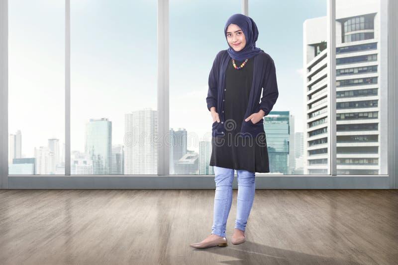 Młoda azjatykcia muzułmańska kobieta z kierowniczy szalika pozować fotografia stock