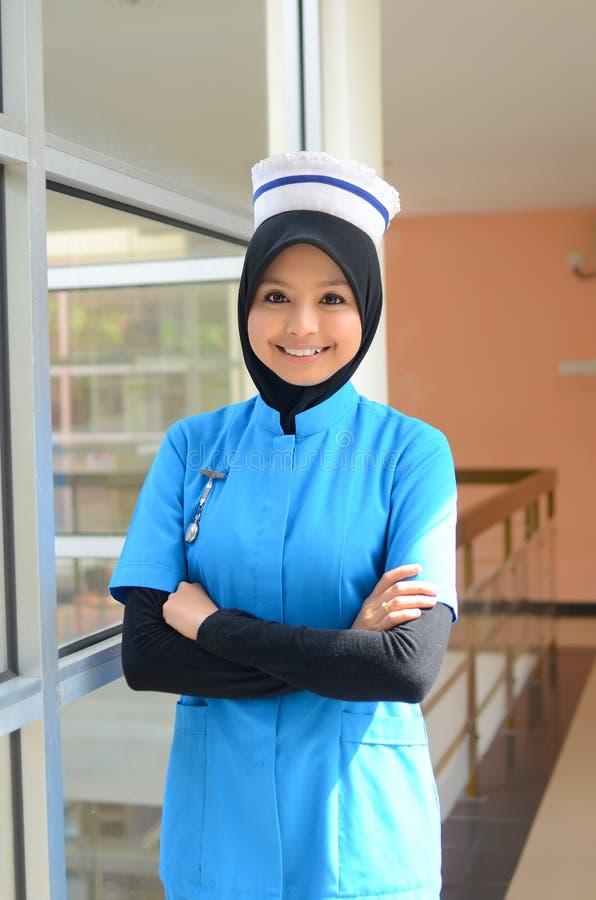 Młoda azjatykcia muzułmańska pielęgniarka przy szpitalem  zdjęcia royalty free