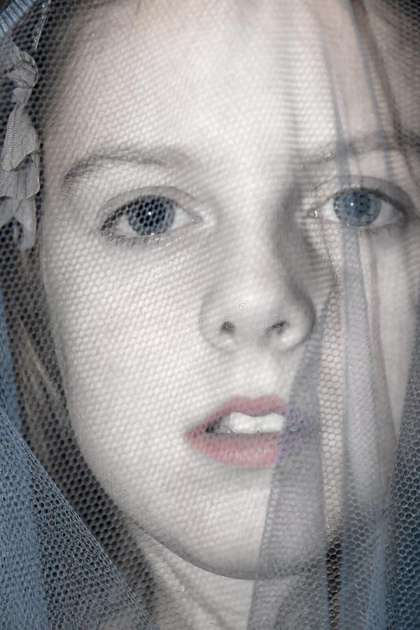 Młoda błękitny przyglądająca się przesłaniająca dziewczyna fotografia stock