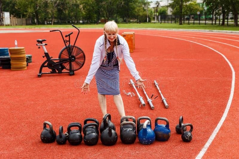 Młoda babcia od zdrowie grupy przy sporta stadium zdjęcia stock