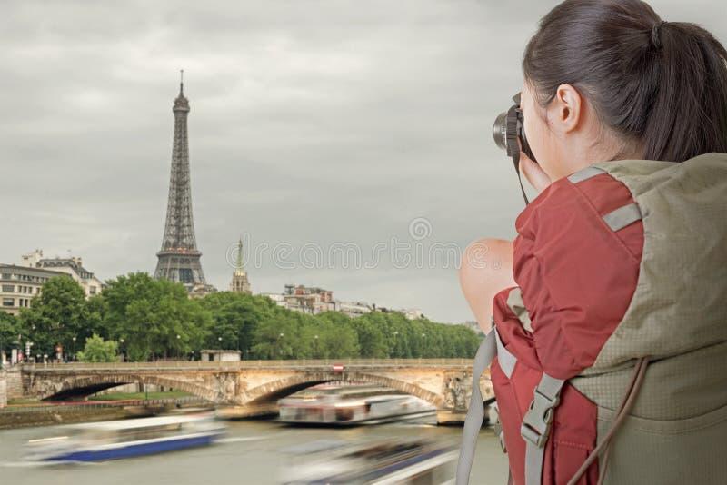 Młoda backpacker podróż i bierze obrazek obraz stock