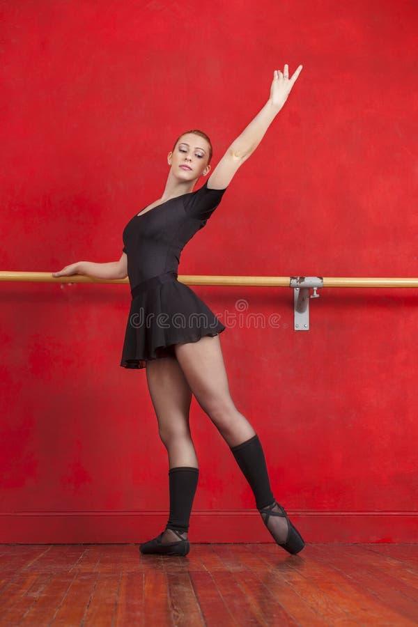 Młoda balerina Ćwiczy Przy Barre W studiu zdjęcie royalty free