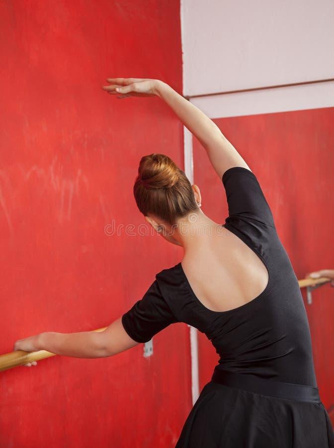 Młoda balerina Ćwiczy W Baletniczym studiu zdjęcia royalty free