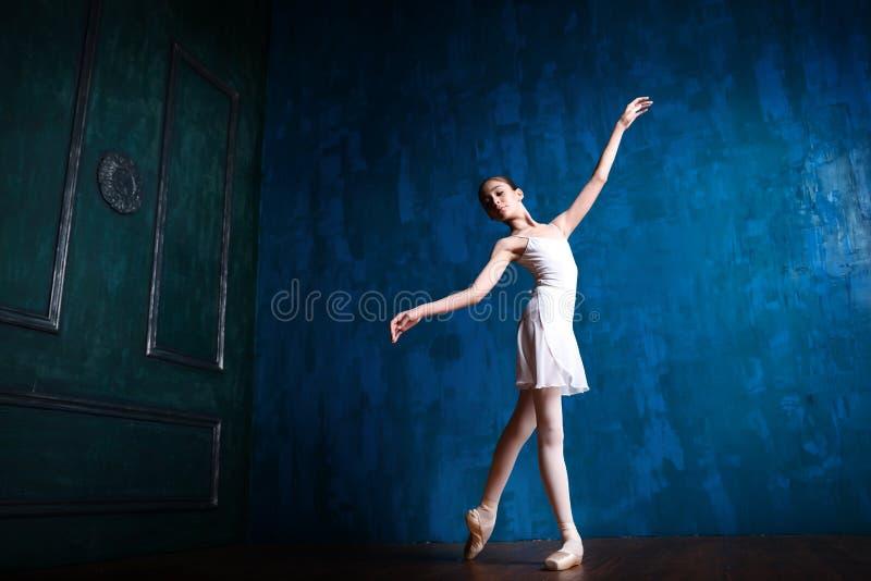Młoda balerina tanczy w studiu fotografia stock