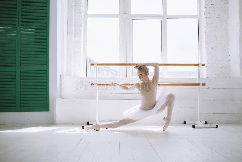 Młoda balerina w balet klasie zdjęcia stock
