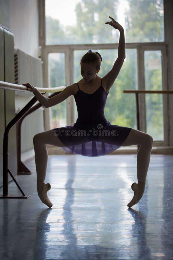 Młoda balerina w szkoleniu blisko barre obrazy stock